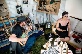 Greg Garghentini (One Rusty Band) et Stephanie Océan Ghizzoni (Alligator Nail) au stand de Vintage Blue Box (cigar boxe guitars) @ 5ème Blues Party, Les Jardins du Millenium, l'Isle d'Abeau (France), 10.06.2017. (c) Christophe Losberger