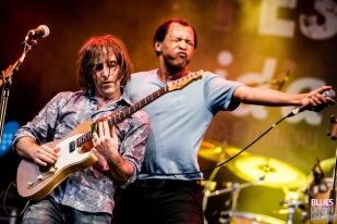 Chris Bergson (guitar, vocals), Ellis Hook (vocals). Chris Bergson Band feat. Ellis Hook @ 6ème Blues Party, Les Jardins du Millenium, l'Isle d'Abeau (France), 09.06.2018. (c) Christophe Losberger