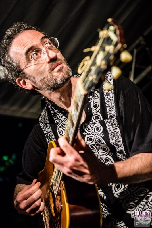 """""""Jez"""" Jérémie Tepper (guitar, percussions). Sarah James Band @ 6ème Blues Party, Les Jardins du Millenium, l'Isle d'Abeau (France), 09.06.2018. (c) Christophe Losberger"""