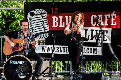 """Sarah James (vocals, percussions), """"Jez"""" Jérémie Tepper (guitar, percussions). Sarah James Band @ 6ème Blues Party, Les Jardins du Millenium, l'Isle d'Abeau (France), 09.06.2018. (c) Christophe Losberger"""